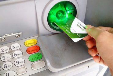 Thẻ visa Vietcombank có rút được tiền không? Phí rút tiền như thế nào?